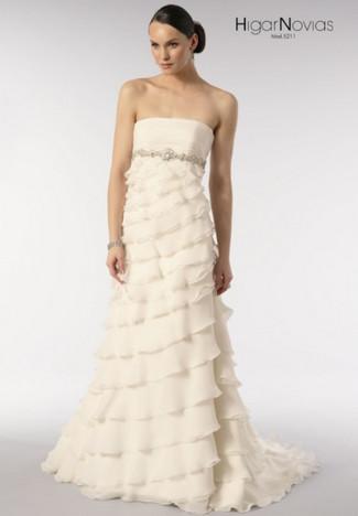 Красивое платье кремового цвета с акцентом под грудью