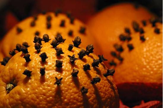 Создаём новогодний аромат в квартире с помощью апельсинов и палочек корицы
