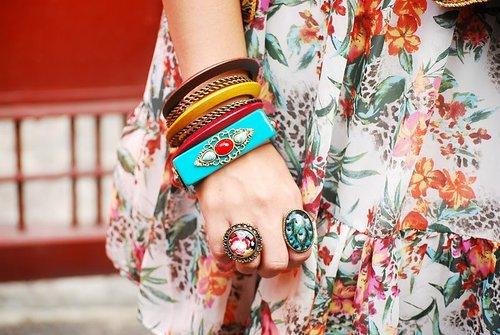 Яркие браслеты и кольца + нежная юбка с цветочным принтом