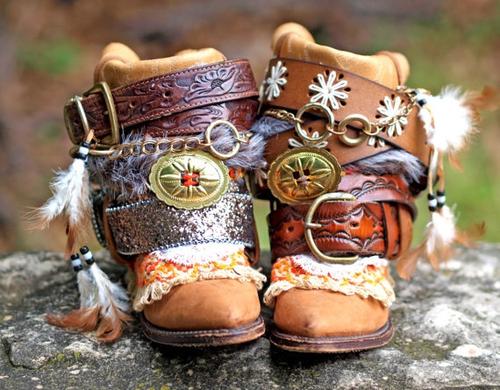 Оригинальные ботинки декорированные ремнями и пряжками