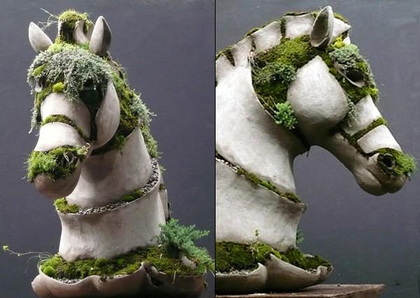 фигура лошади из бетона и мха