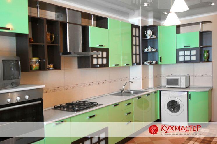 Угловая кухня в приятно мятной цветовой палитре