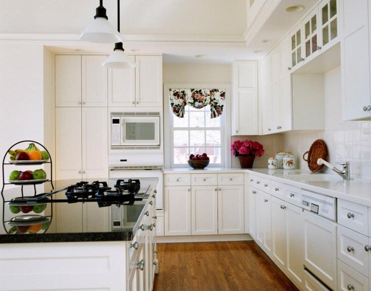 Белая кухня и деревянные полы