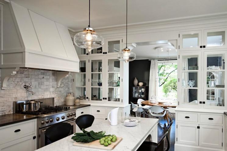 Фьюжн-стайл белая кухня
