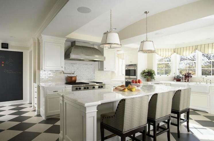 Пол из контрастной плитки в белой кухне